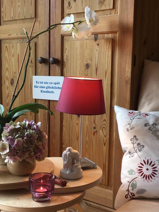 Fachpraxis Doris Lenhard Systematische Beratung Ambiente mit roter Lampe